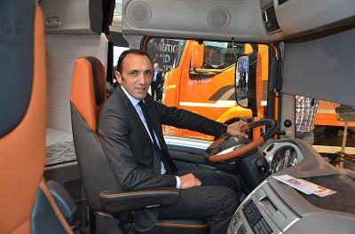 Le DG de Daf France, Philippe Canetti, dans la cabine du XF en finition tout cuir.