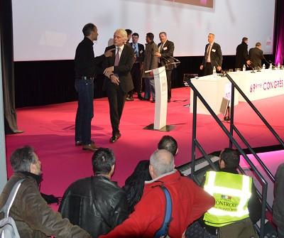 Jean-Christophe Pic, pr�sident de la FNTR, repousse l'un des contr�leurs des transporteurs terrestres qui a interrompu le discours d'Alain Vidalies (photo Gilbert).