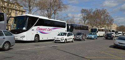 Place Joffre, les autocars immobilis�s face � l'Ecole Militaire sont encadr�s par un important dispositif policier (photo Gilbert)