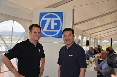 Fredrik Staedtler, président des véhicules commerciaux de ZF et Leon Liu, président du secteur camions et bus de Wabco viennent de présenter un nouveau dispositif pour diminuer les accidents. Outre le freinage d'urgence, il gère aussi l'évitement. (photo JR)