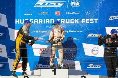 Anthony Janiec � gauche, arrose Steffi Halm sur le podium du Hungaroring � Budapest ( Photo X D.R.)