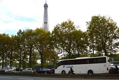 A Paris, en raison du nombre peu �lev� de places et pour cause de tarifs de parking trop �lev�s, les cars ont tendance � � tourner � vide � (photo Gilbert)