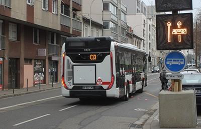 Le panneau lumineux à droite indique aux automobilistes que la voie est réservée aux bus (photo Métropole Lyon / X D.R.)