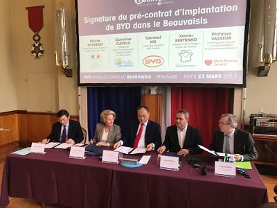 Au centre, Isbrand Ho représentant BYD et Xavier Bertrand, président de la région Hauts-de-France.