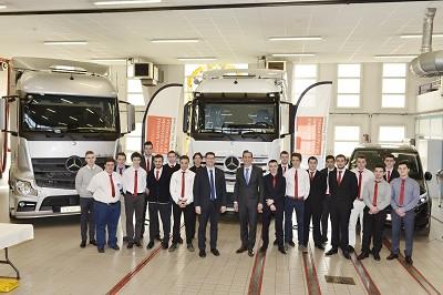 Hervé Mouilleseaux (DG de Mercedes VI IDF), Laurent Roux (DG du Garac) et leurs équipes avec la promotion 2017 d'apprentis.