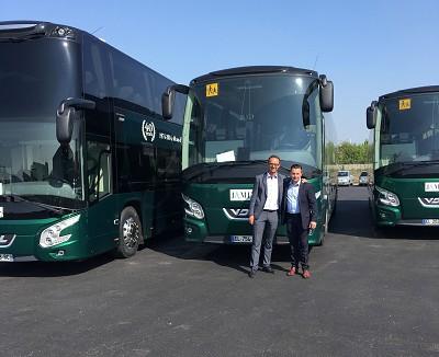 De gauche à droite, Stéphane Bouchard, responsable commercial Grand Paris et Normandie VDL Bus & Coach et Xavier James, PDG de la société éponyme (photo VDL / X D. R.).