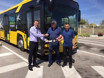 De gauche à droite : Christian Weintz, gérant de Solaris France,  Norbert Chaplin, vice-président de l'agglomération en charge des transports et Éric Vandeputte en charge des transports.