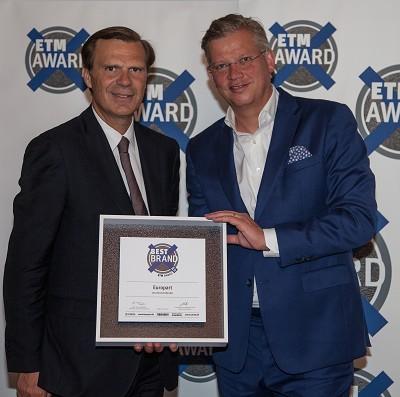 Pierre Fleck (à gauche) et Olaf Giesen se réjouissent du prix remis à Europart de « Meilleure marque » dans la catégorie Revendeur de pièces pour camions/autocars.