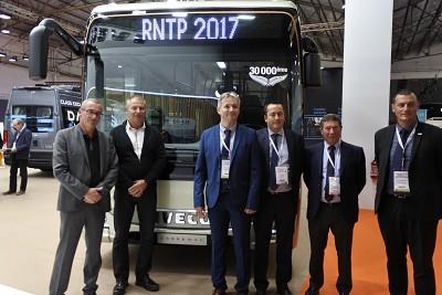 Olivier Michard, directeur commercial marché France (3e à partir de la gauche) en présence des responsables de la RDT 13 .