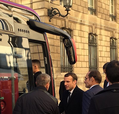 Emmanuel Macron s'apprêtant à monter à bord du car électrique Yutong ICe 12 du groupe Savac (photo Richert)
