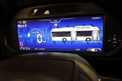A bord du bus électrique Yutong E 12 LF, l'écran au tableau de bord avec l'indicateur du niveau d'énergie dans les batteries.