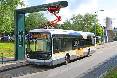 Le Bluebus de 12 m peut être alimenté via pantopgraphe.