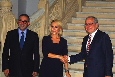 De gauche à droite : Ali Murat Atlas (président Otokar Europe), Gabriela Firea (maire de Bucarest) et Serdar Görgüç (DG d'Otokar).