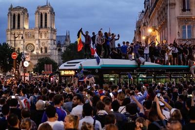 Le bus de la ligne 21 n?avance plus !  Folie (furieuse) pour cette foule Place St-Michel (Photo France Info)
