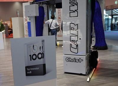 Le logo Top 100 exposé sur le stand Christ à Automechanika.