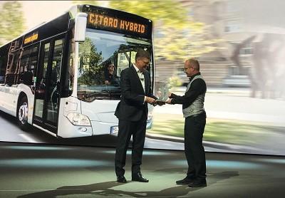 Till Oberwoerder, à la tête des cars et bus Daimler Buses, et Tom Terjesen, président du jury du bus de l'annee.