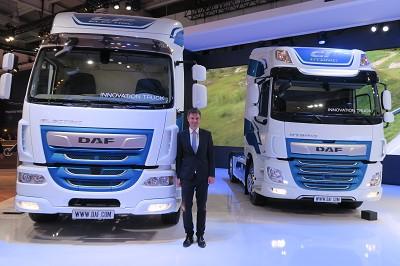Renaud Dehillotte, le directeur marketing de Daf Trucks, devant deux nouveautés : le LF Electric et le CF Hybrid (photo Fréor)