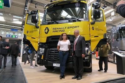 La routière Huguette Durand en conversation avec Bruno Blin, le patron de Renault Trucks (photo Fréor)