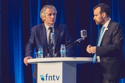 A droite, Laurent Probst, directeur général d'Ile-de-France Mobilités face à Jean-Baptiste Maisonneuve, vice-président de la FNTV lors du congrès de la fédération à la Maison de la Chimie à Paris le 14 novembre.
