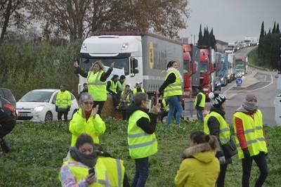 A St-Martin-de-Crau, il faut compter 30 minutes pour franchir les barrages filtrants et accéder aux bases logistiques (photo Fletcher)