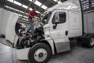 Les routiers mexicains font blinder leurs porteurs pour se protéger contre les attaques de puissants cartels de la drogue et autres groupes criminel organisés. Ici dans une usine de la banlieue de Mexico.
