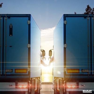 Cette photo postée par le constructeur Daf sur son site FB est bien trouvée, non ? Il faut dire que la marque organise régulièrement des opérations très humaines auprès des routiers...