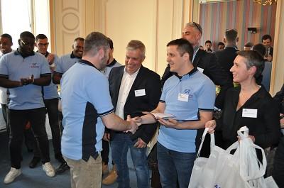 Le coordinateur GT, Joseph-Marie Delestre (à droite), félicite l'un des 12 conducteurs de la 1re promo de l'école GT-Aftral.