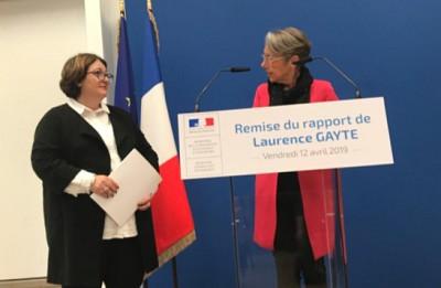 La députée Laurence Gayte remet son rapport à Elisabeth Borne.