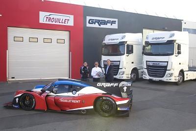 Philippe Canetti, DG de Daf Trucks France, a remis les clés de 5 tracteurs XF 480 Super Space Cab à Éric Trouillet sur le nouveau site du Team Graff, à Morangis.