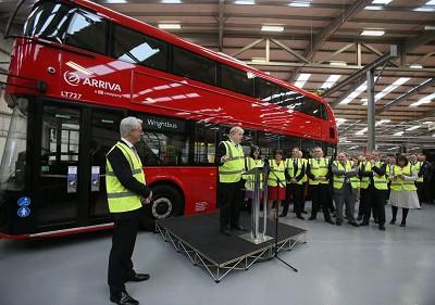 Boris Johnson, alors maire de Londres, à l'usine Wrightbus, pour saluer l'arrivée du nouveau Routemaster londonien (photo Independent / X D.R)