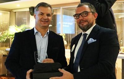 Jérôme Gabalde, vice-président de TK?Blue (à droite) remet le prix performance RSE 2019 à Rémi Duprez, responsable qualité environnement de Tratel.