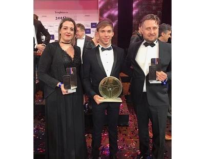 Jennifer Janiec et son frère Anthony entourent le pilote de F1 Pierre Gasly, auteur du 1er podium français depuis 7 ans...