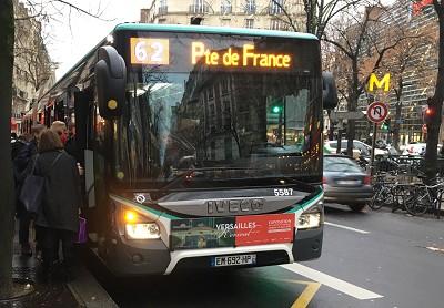 Les usagers tentent de monter dans ce bus articulé bondé. Il faut parfois patienter 45 minutes, car les rares bus qui circulent sont ralentis à cause des embouteillages (photo Gilbert)
