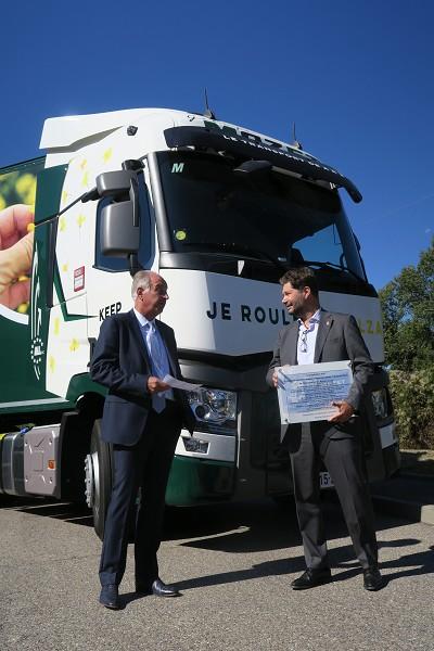 Thierry Mazet et Christophe Martin, le DG de Renault Trucks France, lors de la remise de clés des premiers exemplaires de tracteurs et porteurs roulant au B100.