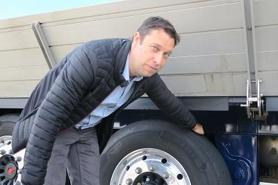Emmanuel Tencé, le responsable produits, montre ici l'essieu rechargeable (e-axle), qui fonctionne comme une dynamo de vélo.