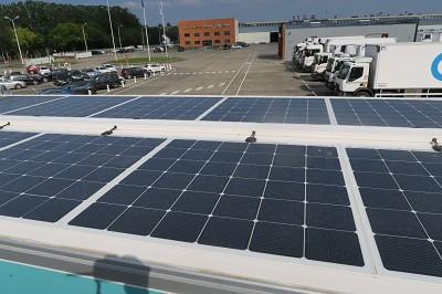 Le pavillon est entièrement couvert de panneaux solaires.