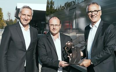 De gauche à droite : Rudi Kuchta, responsable des ventes bus MAN, Tom Terjesen, président du jury du Coach, Bus & Mini de l'année, et Andreas Tostmann, PDG de Man Truck & Bus.